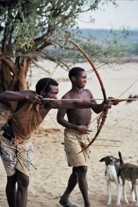 Hadzamänner beim Bogenschießen © Idobi. CC BY-SA 3.0.