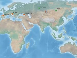 Auf der Übersichtskarte sind die Fundorte von Fossilien aus dem Pleistozän dargestellt, deren Zellkern-DNA bereits publiziert wurde (orange: Neandertaler, blau: Denisova-Menschen, grün: Moderne Menschen). © MPI für evolutionäre Anthropologie/ Bence Viola