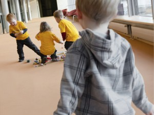 Schon Zweijährige spüren einen Gruppenzwang und passen sich anderen Kindern an. © MPI f. evolutionäre Anthropologie/ R. Barr