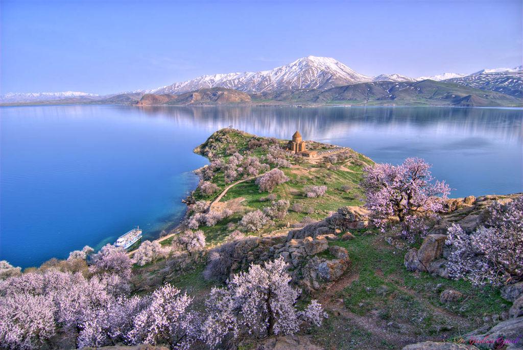 Frühling auf der Insel Akdamar im Vansee. Im Hintergrund die armenische Kirche zum Heiligen. Kreuz. ©  gozturk. CC BY 3.0