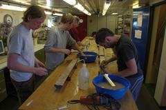 Sedimentbeprobung Wissenschaftler beim Beproben von Meeressedimenten. © Thomas Ronge, Alfred-Wegener-Institut.