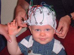 Elektroden auf der Kopfoberfläche registrieren die von den Nervenzellen ausgehenden elektrischen Signale und leiten sie an Messgeräte weiter. © MPI f. Kognitions- und Neurowissenschaften/ Ch. Rügen