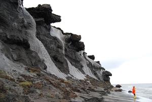 Foto von der erodierenden Steilküste der kleinen, russischen Insel Muostakh -östlich der Hafenstadt Tikisi gelegen. Auf diesem Bild lässt sich erahnen, warum man in den Anfangszeiten der Permafrostforschung vermutete, es befänden sich keine Eiskeile, sondern ganz Gletscher im Untergrund. © Thomas Opel, Alfred-Wegener-Institut