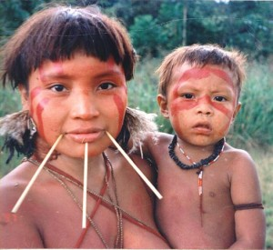 Yanomami-Mutter mit Kind. © Cmacauley. CC BY-SA 3.0