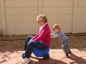 Haben helfende Großmütter unsere Langlebigkeit und sogar die Monogamie bewirkt? © Catherine Scott. CC BY-SA 2.0.