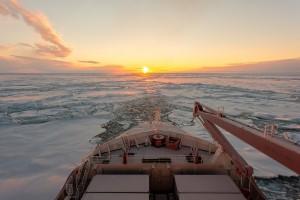 Polarstern bricht sich durch schweres Eis Richtung Süden © AWI. Stefan Hedricks