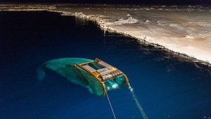 Das SUIT-Netz im Einsatz in der Antarktis. Das Netz kann unter dem Meereis abtauchen und dort nach Organismen fischen. Aufnahme von Forschungs- arbeiten der AWI-Nachwuchsgruppe ICEFLUX (Ice-ecosystem carbon flux in polar oceans) unter Leitung von Dr. Hauke Flores. © Jan van Franeker – IMARES