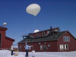Start einer Ozonsonde an einem hochfliegenden Startosphärenballon. Koldewey-Station, Spitzbergen.