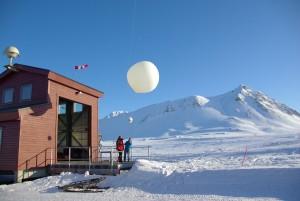 Start einer Ozonsonde vor der Ballonhalle der AWIPEV-Station in Ny-Alesund auf Spitzbergen. © Juergen Graeser, Alfred-Wegener-Institut