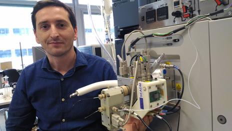 ETH-Privatdozent Pablo Sinues mit seinem SESI-Gerät (Bildmitte), das an ein handelsübliches Massenspektrometer (graues Gerät rechts) angeschlossen ist. © ETH Zürich / Pablo Sinues
