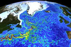 Momentaufnahme der Strömungsgeschwindigkeiten und Meereisverteilung im hochaufgelösten Ozeanmodell. Das Bild illustriert den verwirbelten Verlauf des Golfstroms sowie die schmalen Strombänder und Wirbel in den Meeresgebieten um Grönland. © Ozeanmodellierungsgruppe GEOMAR