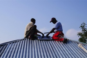 Solar-Moskitofalle: Montage der Solarpanel an einem Hausdach auf der Insel Rusinga in Kenya. © Alexandra Hiscox / Swiss TPH
