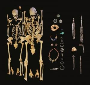 Junge Frau und junger Mann ( rechts); Pestopfer, die auf dem Friedhof von Altenerding-Klettham gemeinsam bestattet wurden mit Grabbeigaben. © Staatssammlung für Anthropologie und Paläoanatomie München.
