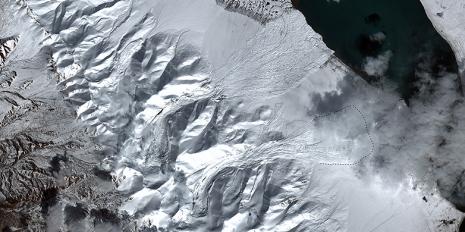Innerhalb weniger Wochen brachen zwei benachbarte Gletscher in Tibet in sich zusammen und lösten gigantische Eislawinen aus. © Silvan Leinss/ETH Zürich; Satellitendaten: «Sentinel 2», ESA
