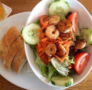 """Während wir bei Insektengerichten zögern, würden viele von uns bei einem Schrimps-Salat nicht """"Nein"""" sagen. Dabei gehören beide Arten zu den Gleiderfüßlern. © Yazzmin2. CC BY-SA 4.0. Wikimedia Commons."""