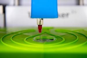 Der biotINK Gewebedrucker druckt mit einer Kanüle Gewebe in eine kleine Petrischale. © TUM/ A. Heddergott.
