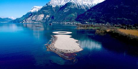 Die künstlichen Inseln im Reuss-Delta, Vierwaldstättersee, sind für Flora und Fauna wertvoll. Sie wurden mit Aushub aus dem Gotthard-Basistunnel aufgeschüttet. © Reussdelta.ch